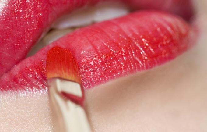 Правильно накрасив губы, можно сделать их более пухлыми