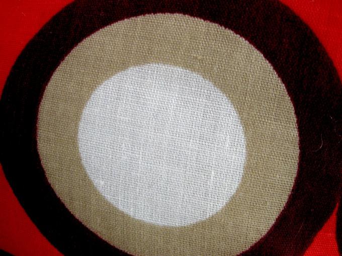 Круглая вязаная подушка сделает интерьер неповторимым