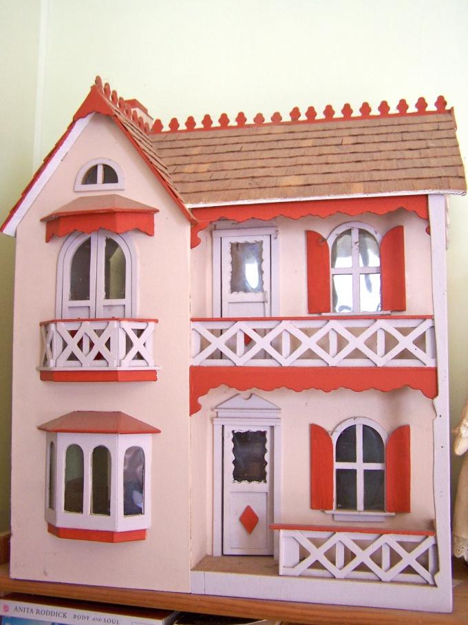 Домик можно украсить балконами с резными перилами