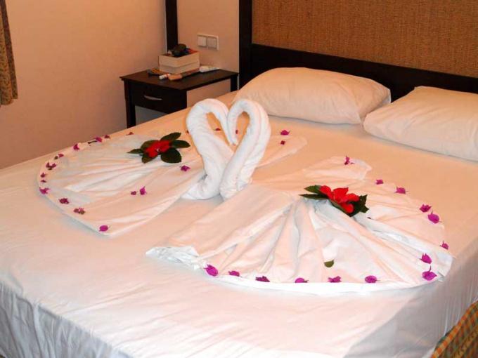 К двуспальной кровати должно быть удобно подходить с обеих сторон