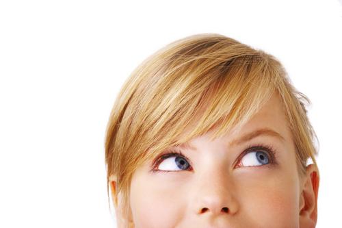 Взгляд влево говорит о том, что человек придумывает что-то или вспоминает звуки