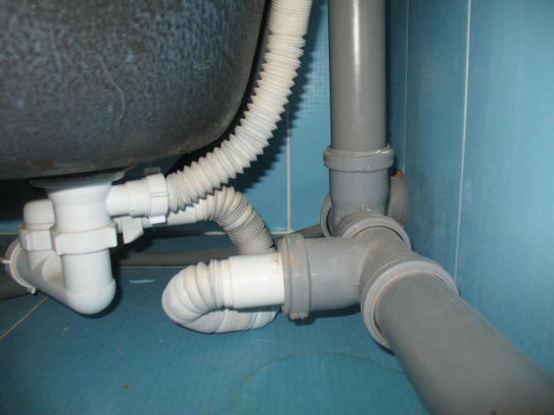 В помещении лучше использовать трубы ПВХ, на улице - металлические оцинкованные