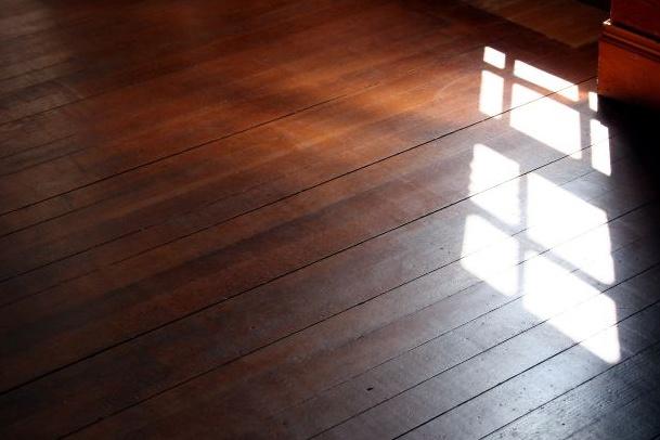 В загородном доме или на даче пол из деревянной половой доски смотрится очень неплохо