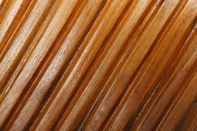 Деревянные изделия и мебель надолго сохранят свой внешний вид, если их покрыть лаком