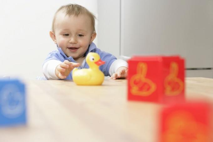 Первые игрушки малыша - простые и безопасные.