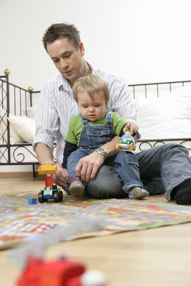 Играйте вместе, чтобы ребенок видел вашу заинтересованность в его делах.