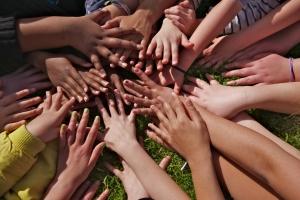 Игры с другими детьми положительно влияют на социальную адаптацию ребенка.