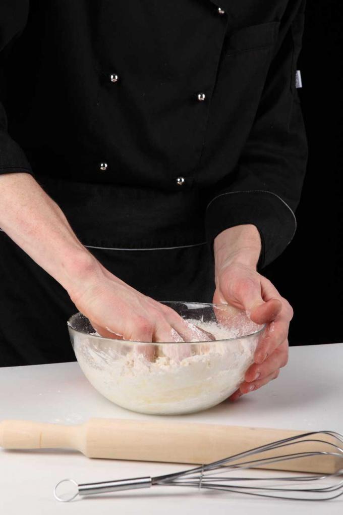 Лучше всего вымешивать тесто руками