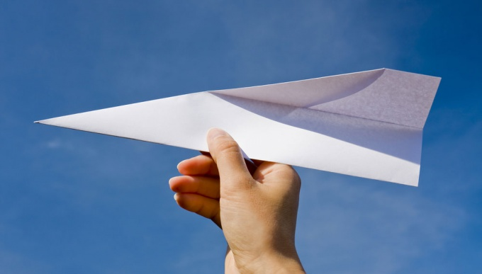 Из бумаги можно сделать с десяток моделей бумажных самолетиков