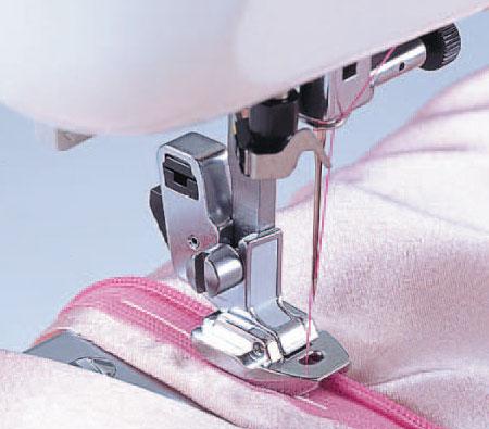 При шитье какой-либо вещи в домашних условиях часто появляется необходимость в незаметной застежке