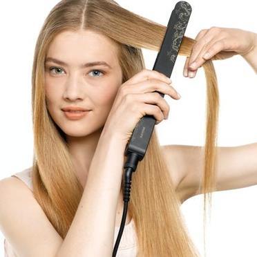 Прямые волосы остаются универсальной модной прической