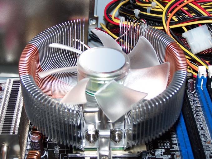 Кулер - это небольшой вентилятор для охлаждения процессора или других частей системного блока