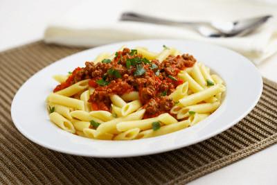 Болоньезе - классический соус с фаршем, подаваемый к макаронам