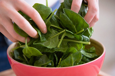 Шпинат - дюже пригодный продукт, богатенький железом и витаминами