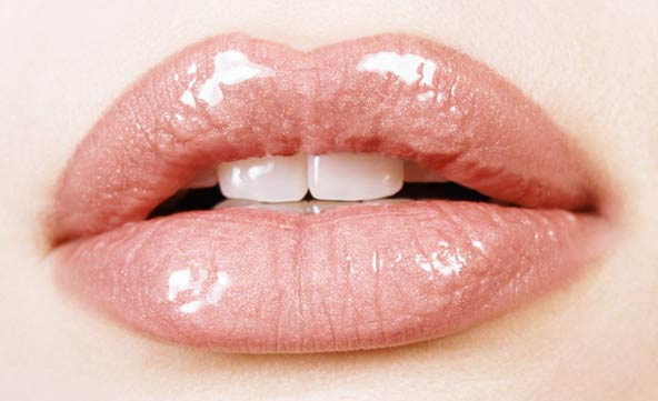 How to make lips puffy at home?