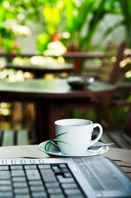 Во многих кафе есть доступ к бесплатному интернету