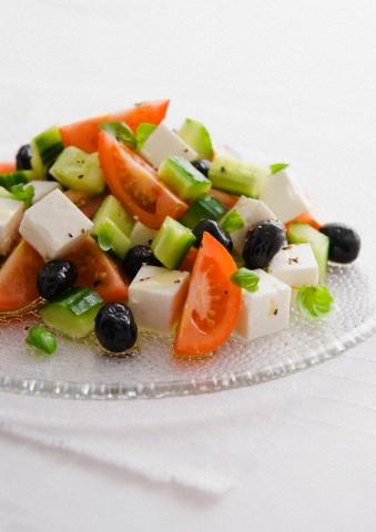 Греческий салат лучше всего подавать в жаркий летний день.