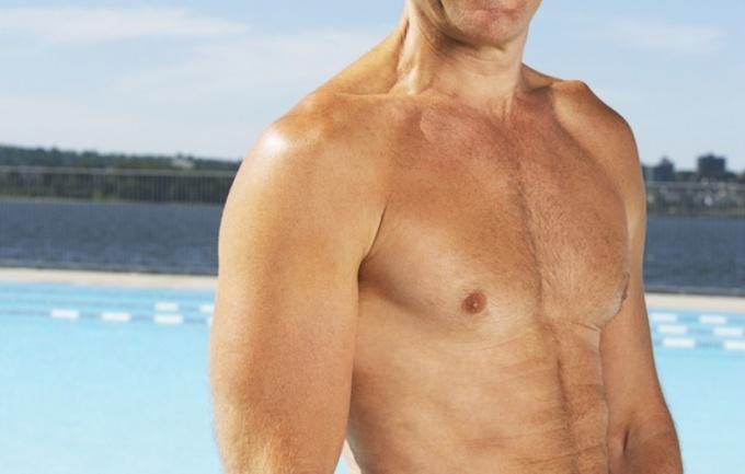 Накачанные мышцы груди формируют красивый торс.