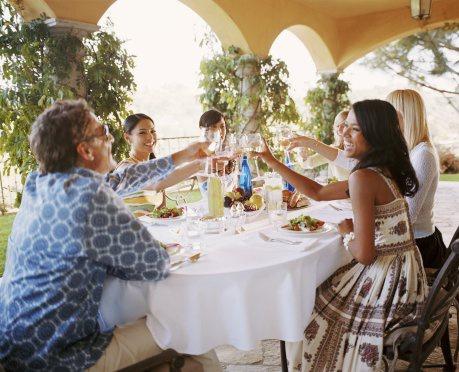 Празднично накрытому столу гости всегда рады!