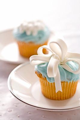 Из сахарной мастики можноделать аппетитные и прекрасные укращения.