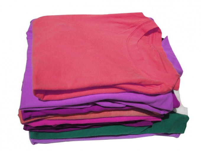 Правильно свернутые футболки - залог порядка в шкафу.