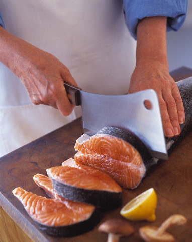 Для нарезания стейков лучше использовать нож в виде топорика