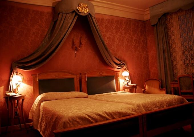 Наилучшим является такое положение кровати, при котором изголовье плотно придвинуто к стене