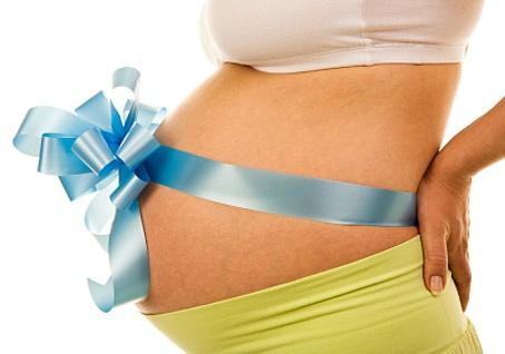 Живот у женщины, беременной мальчиком, острый и аккуратный.