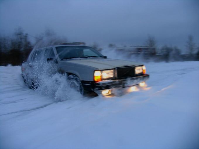 Ездите осторожнее на скользкой заснеженной дороге