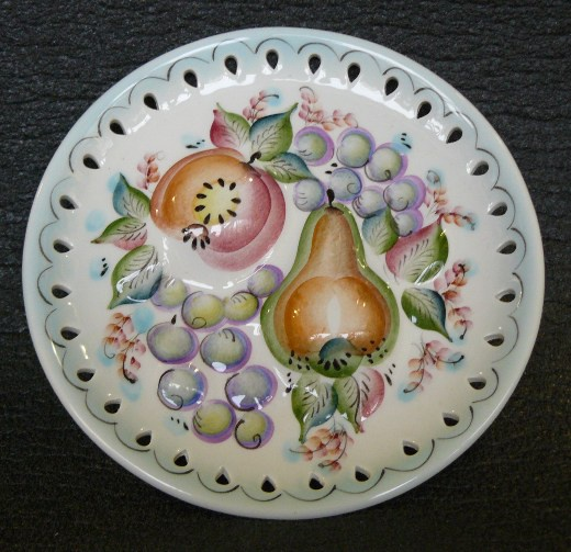 Из таких тарелок нельзя есть, но на стене они выглядят просто шикарно
