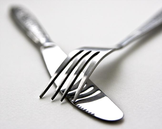 Как держать правильно вилку и нож