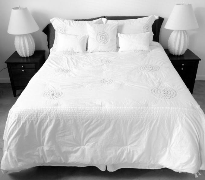 У нерадивых хозяев под кипельной белизной постельного белья отьедаются пылевые клещи и размножается плесень