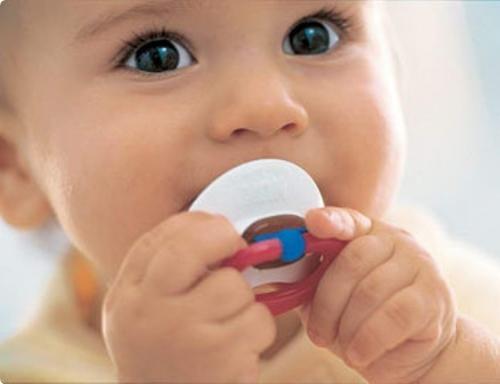 Пустышка удовлетворяет сосательный рефлекс малыша.