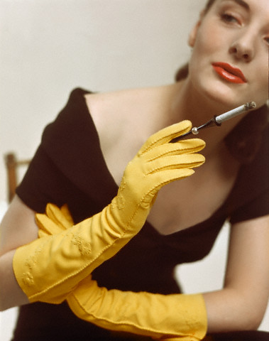Загрязнившиеся кожаные перчатки можно не только чистить, но и стирать.
