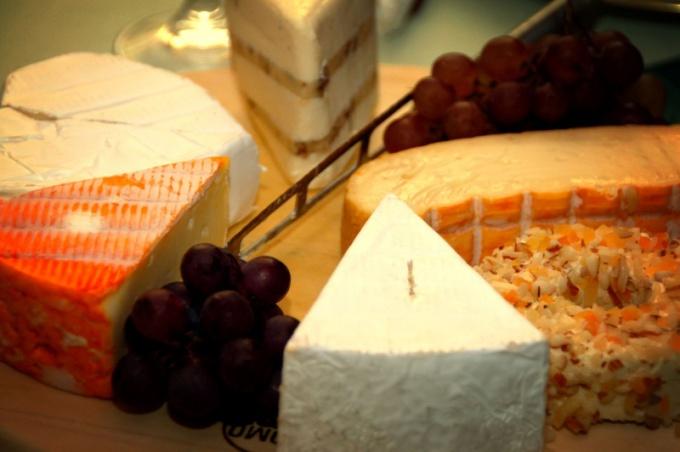 Сыр подают к столу нарезанным крупными кусками