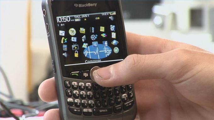 Не смотря на становление мобильных спецтехнологий sms общение до сего времени знаменито.