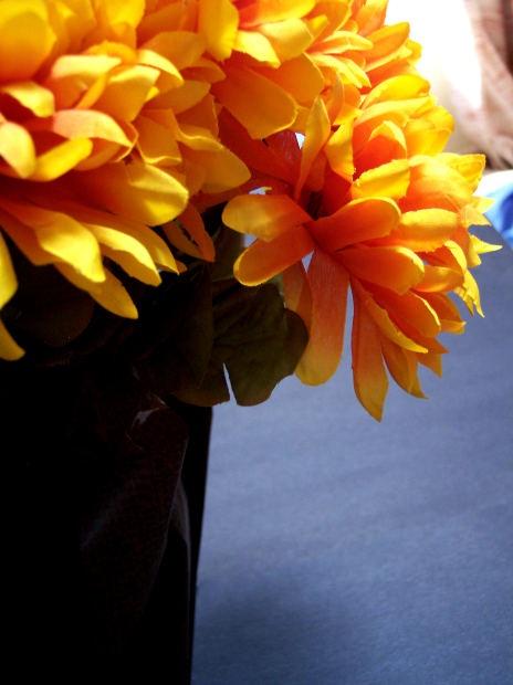 Цветы золотистых оттенков уместны всегда