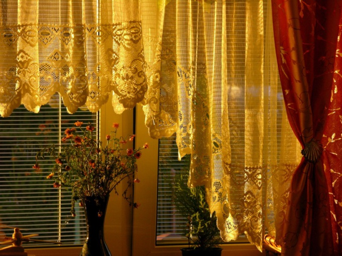 The curtains in the bedroom must pass a minimum of light