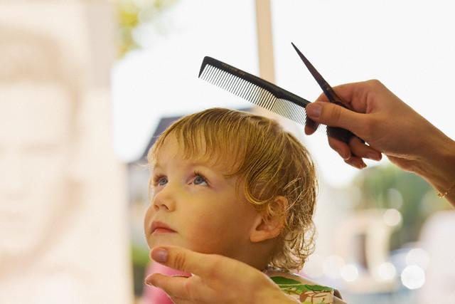 Дети любят наблюдать за процессом стрижки