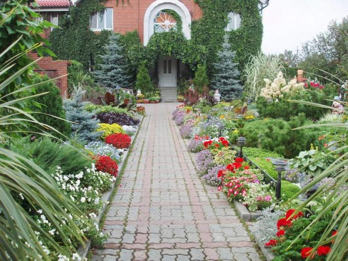 Как красиво оформить возле дома своими руками