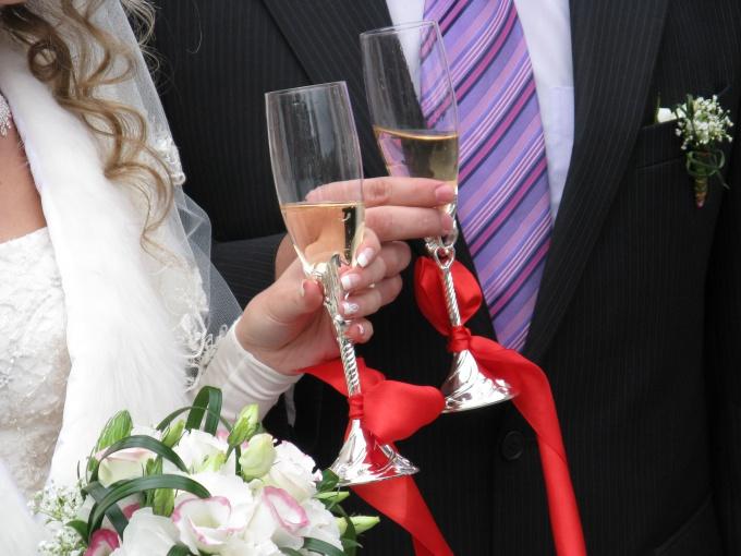 Как украшать бокалы на свадьбу