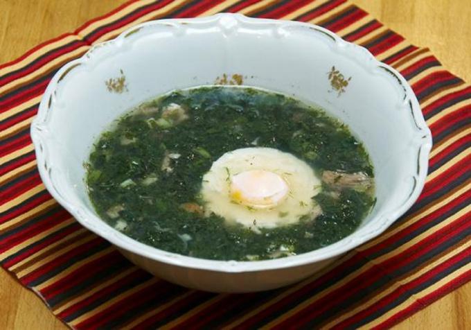 Как готовить холодные зеленые щи с яйцом