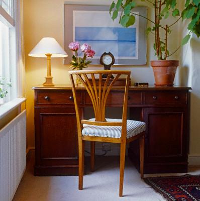 С новой обивкой старый стул получит вторую жизнь.