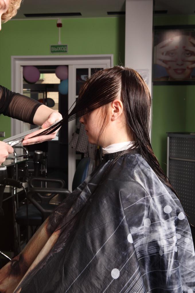 При работе горячими ножницами не стоит торопиться, каждый волосок должен запаялся