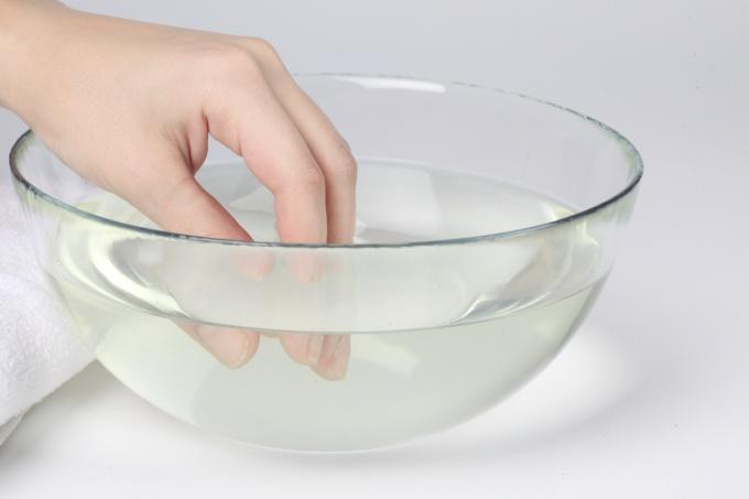 После водных процедур сушите руки бумажным полотенцем