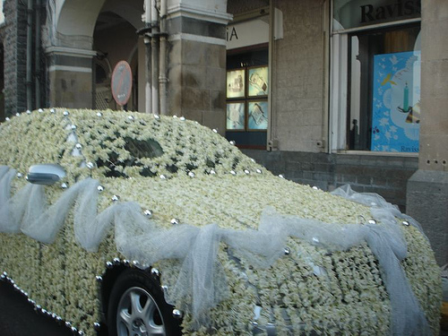 How to decorate a car for a wedding