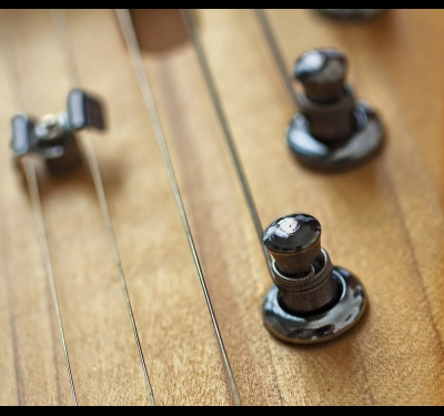 How to tune your guitar on the tuner
