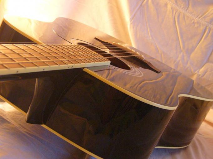 Если гитара не держит строй, возможно, струны натянуты неправильно