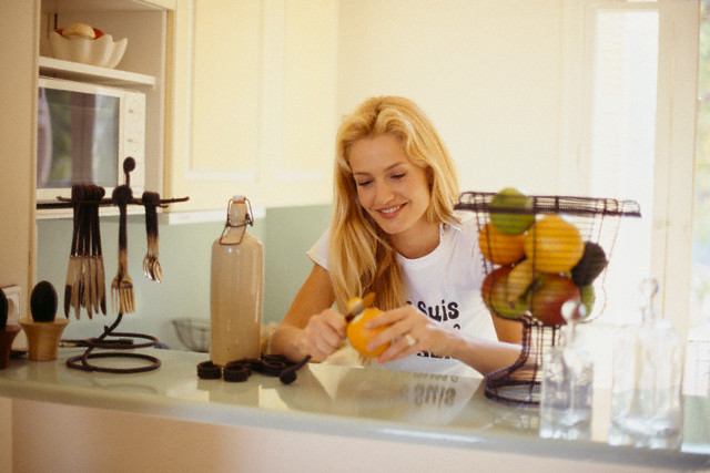 Апельсины отличнее каждого чистить при помощи ножика