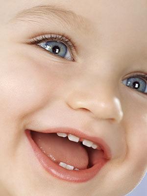 Начинать чистить зубы ребенку нужно с появлением у него первого зуба.